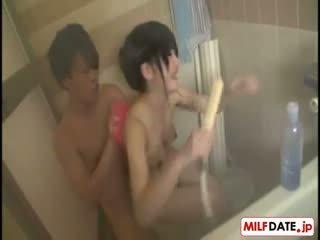 Taking bath s velika joški japonsko mama
