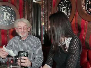 Mladý dcera tempting dědeček s mladý kočička pohlaví