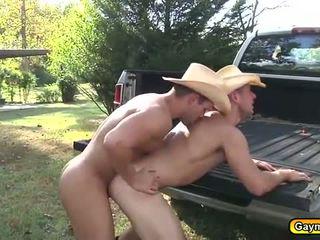 Luke ram njegov ozko poraščeni hole v the truck