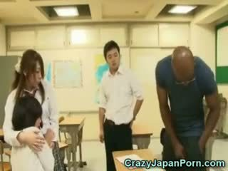 Musta fucks koulutyttö sisään wtf japani porno!