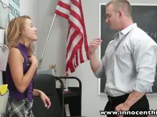 Innocenthigh smoker tiener student geneukt in klas