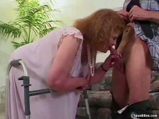 ग्रॉनी loses उसकी दात जबकि सकिंग