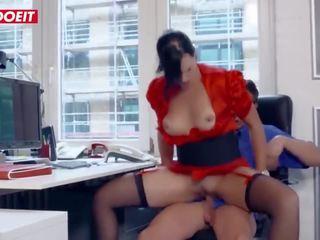 Letsdoeit - ondeugend secretaresse seduces en fucks haar co-worker