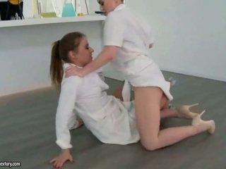 Two sexy cô gái fighting và làm tình yêu
