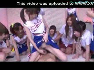 Schulmädchen und cheerladers rubbing guy schwanz mit ihre pussi