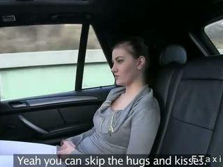 Brünett flashes kena pair kohta tissid sisse fake taxi