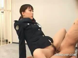 Vreemd aziatisch seks met heet politie vrouw neuken een male