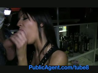 Publicagent krásne bruneta barmaid gets fucked za the bar