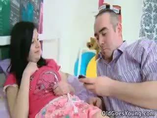 Alena un viņai vīrietis are kopā uz gulta un viņš has an vecāks