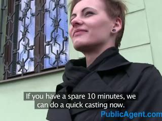 Publicagent curto haired mulheres fucks stranger para dinheiro em sua carro