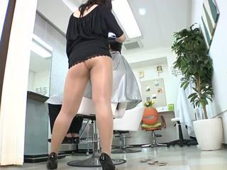 Reiko nakamori kaakit-akit barber sa damit na pitis