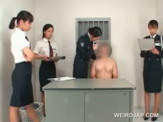 Aziāti policija sieviete toying male ciešas pakaļa par a tabula