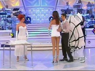 Alessia fabiani heet onder het rokje op wonen tv - blank pan