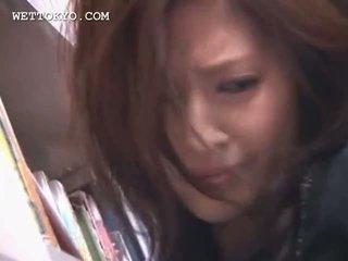 Tempting aziatisch cutie kut teased onder het rokje in de bibliotheek