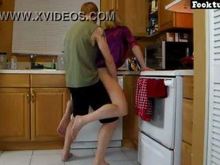 Ibu lets anak lif beliau dan mengisar beliau panas pantat/ punggung sehingga beliau cums dalam beliau seluar pendek