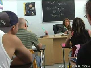 Sexy gjoksmadhe brune gets blackmailed nga një i ri student