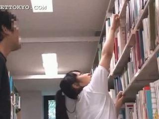 Söt asiatiskapojke tonårs flicka teased i den skola