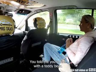 Čehi blondīne rides taxi driver uz the aizmugurējais sēdeklis