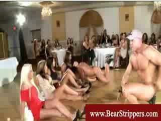 Apģērbta sievete kails vīrietis dāmas uzbudinātas par stripper dzimumloceklis