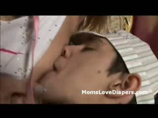 Läkkäämpi kummajainen breast feeds vaipat pojat drills häntä kanssa strapon