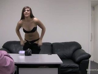 Kaylie par slepenā istaba kastings dīvāns.