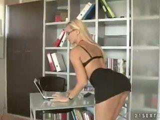 Heiß blond mieze vega füchsin stripping und teasing bei sie büro