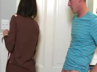 Mdtq convinces vogëlushe në thith kokosh me të saj