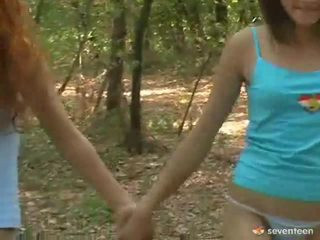 Gej ženske teens znotraj the gozd