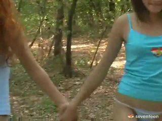 Gay mulheres adolescentes dentro o floresta