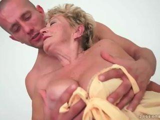 Mummi enjoys kuuma seksi kanssa nuori mies