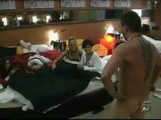 Liels brālis televīzija apģērbta sievete kails vīrietis ainas kompilācija viens