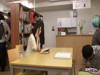 Japans students chika en minori geneukt in de bibliotheek