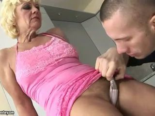 Kuum granny enjoys raske keppimine