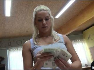 Eurobabe blanche gefickt im bowling alley