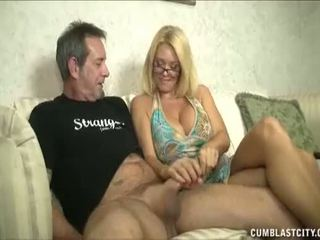 Huge-titted mammīte enjoys raušana cocks