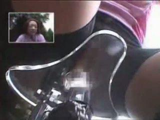 Japonez fata masturbated în timp ce calarind o specially modified sex bike!