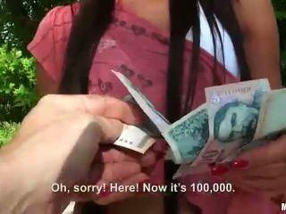 Maria fiori geneukt en facialed voor cash