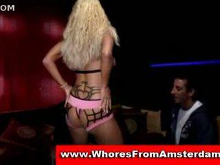 Blondine prostituee zuigen af two customers