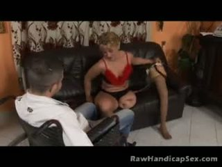 Seksuālā gaišmatis kāja invalīds gets jauks jāšanās