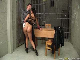 Jasmine svart gives avsugning till cop och gets röv körd