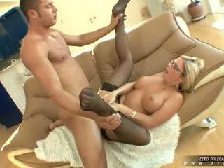Bitchy ホット ahryan astyn gets a リッチ spurt の コック cream 上の 彼女の 顔