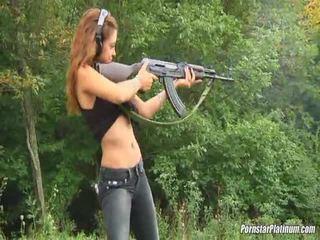 Shooting guns nær av noen avid fool