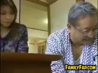 Asiatico passo figlia con il vecchio uomo