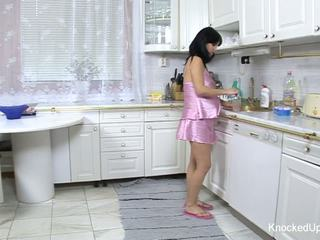 Bela & grávida miúda fucks em o cozinha