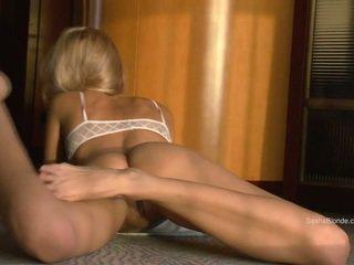 Sasha blondīne izplatīšanās viņai kājas