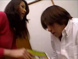 Japonesa tia helped nephew a masturbar em porno magazine vídeo