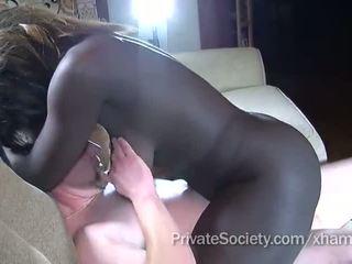 Ebony meisje fucks een man twice haar leeftijd