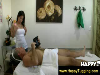 Vecs vīrietis enjoying the extra spa services