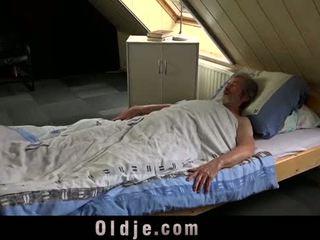 Seksuell unge omsorg til en dårlig gammel mann