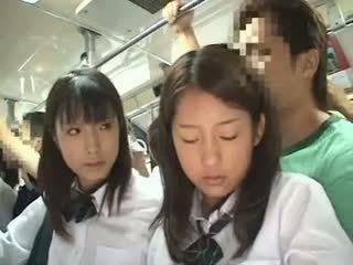 Two schoolgirls tapogatás -ban egy busz